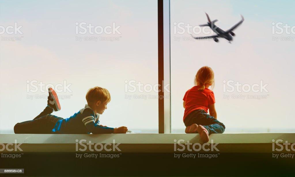 子供たち、家族の空港で飛行機を見て旅行します。 ストックフォト
