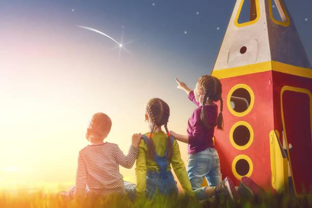 kinder, schaut in den himmel - erfolgreich wünschen stock-fotos und bilder