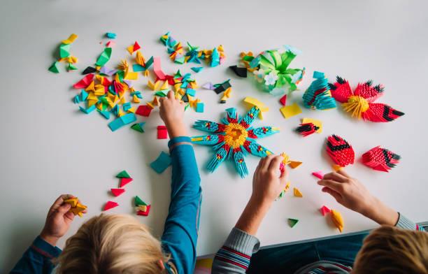 Kinder machen Origami Handwerk mit Papier, lernen – Foto
