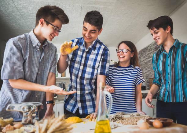 Kinder machen Nudeln in der Küche – Foto