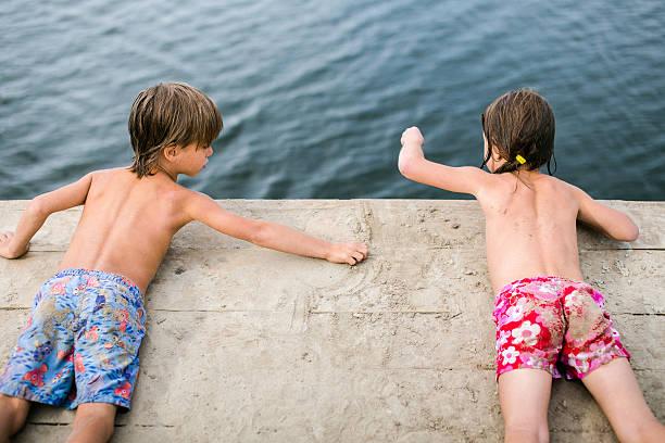 Kinder in der Nähe von Wasser – Foto