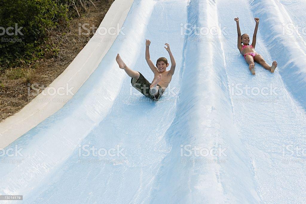 Crianças em um Escorrega de Água foto de stock royalty-free