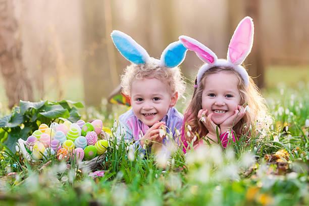 お子様には、イースター卵ハントで開花スプリングガーデン - イースター ストックフォトと画像