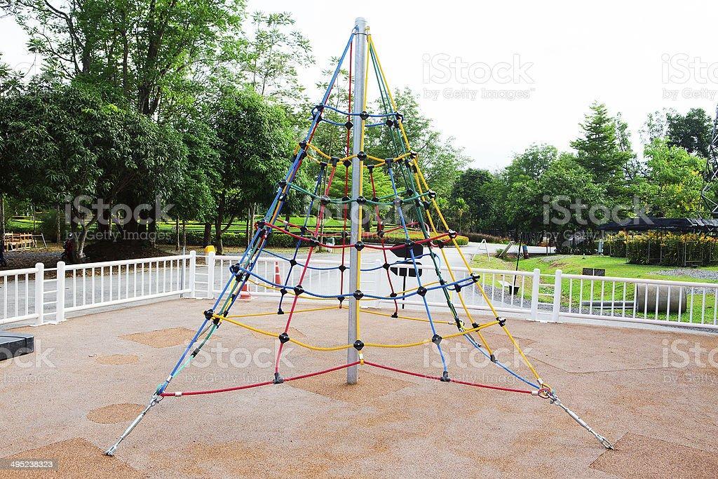 Klettergerüst Mit Seilen : Kinder auf roten klettergerüst seilspiel stock fotografie und mehr