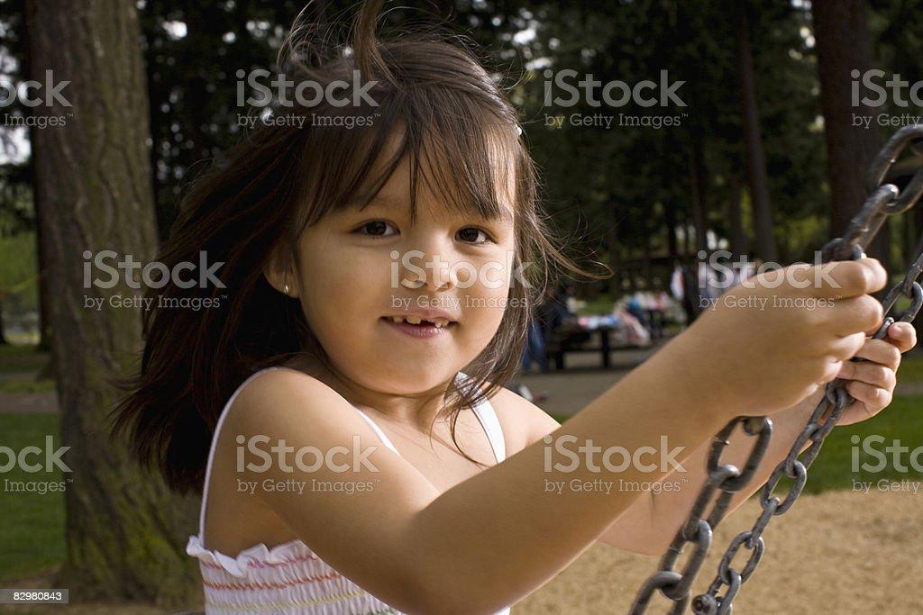 Dzieci na swing w parku zbiór zdjęć royalty-free