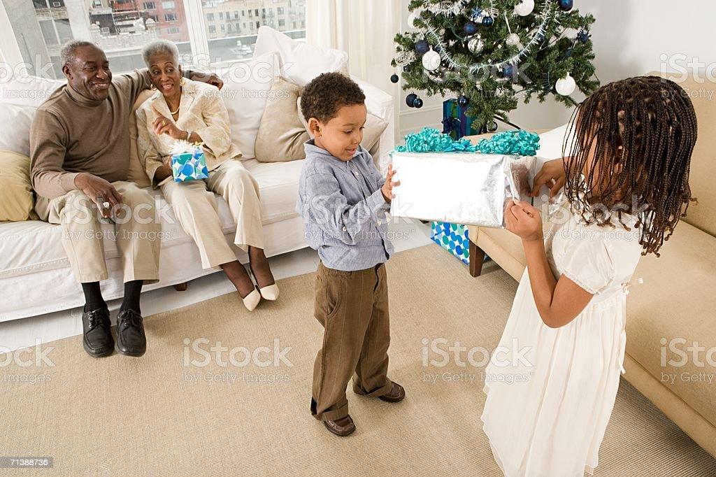 Los niños que se presente desde abuelos foto de stock libre de derechos