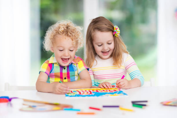 kids paint and draw in white room - gaucher photos et images de collection