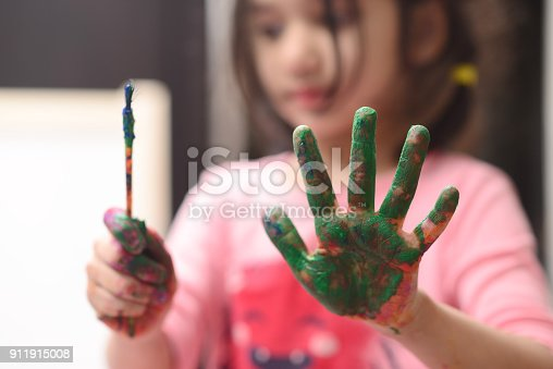 154371635 istock photo Kids painting 911915008