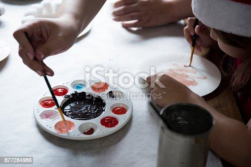 istock Kids painting 877284986