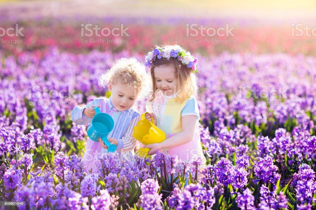 Kinder Pflanzen- und Blumen im Frühlingsgarten Lizenzfreies stock-foto