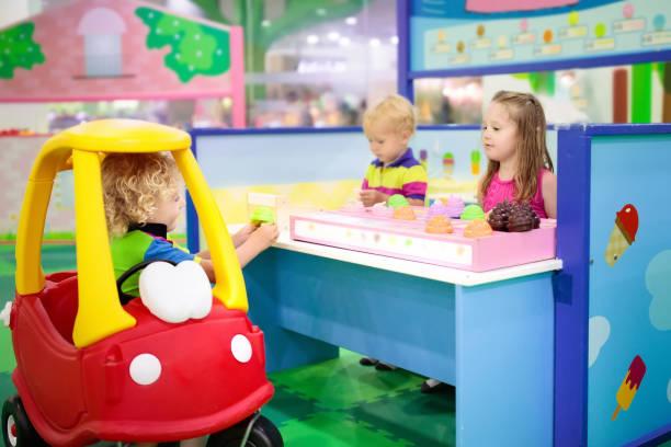 barnen leka på leksaken snabbköpet eller livsmedelsbutik. - tvärsnitt bildbanksfoton och bilder