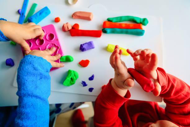kinder spielen mit lehm formen, formen spielerisch lernen - kindergarten workshop stock-fotos und bilder