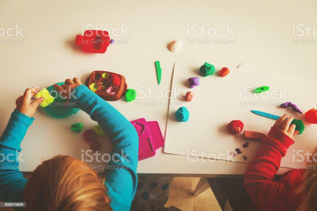 形状を成形粘土で遊ぶ子供 ストックフォト