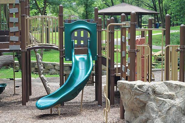 spielplatz mit laubdecke und grüner folie - spielplatz design stock-fotos und bilder