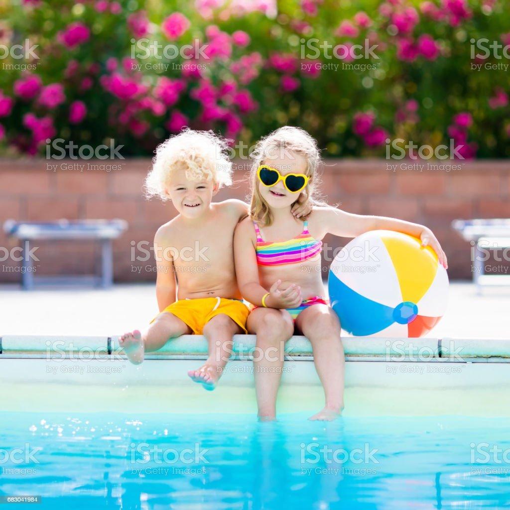 Niños jugando en la piscina al aire libre foto de stock libre de derechos