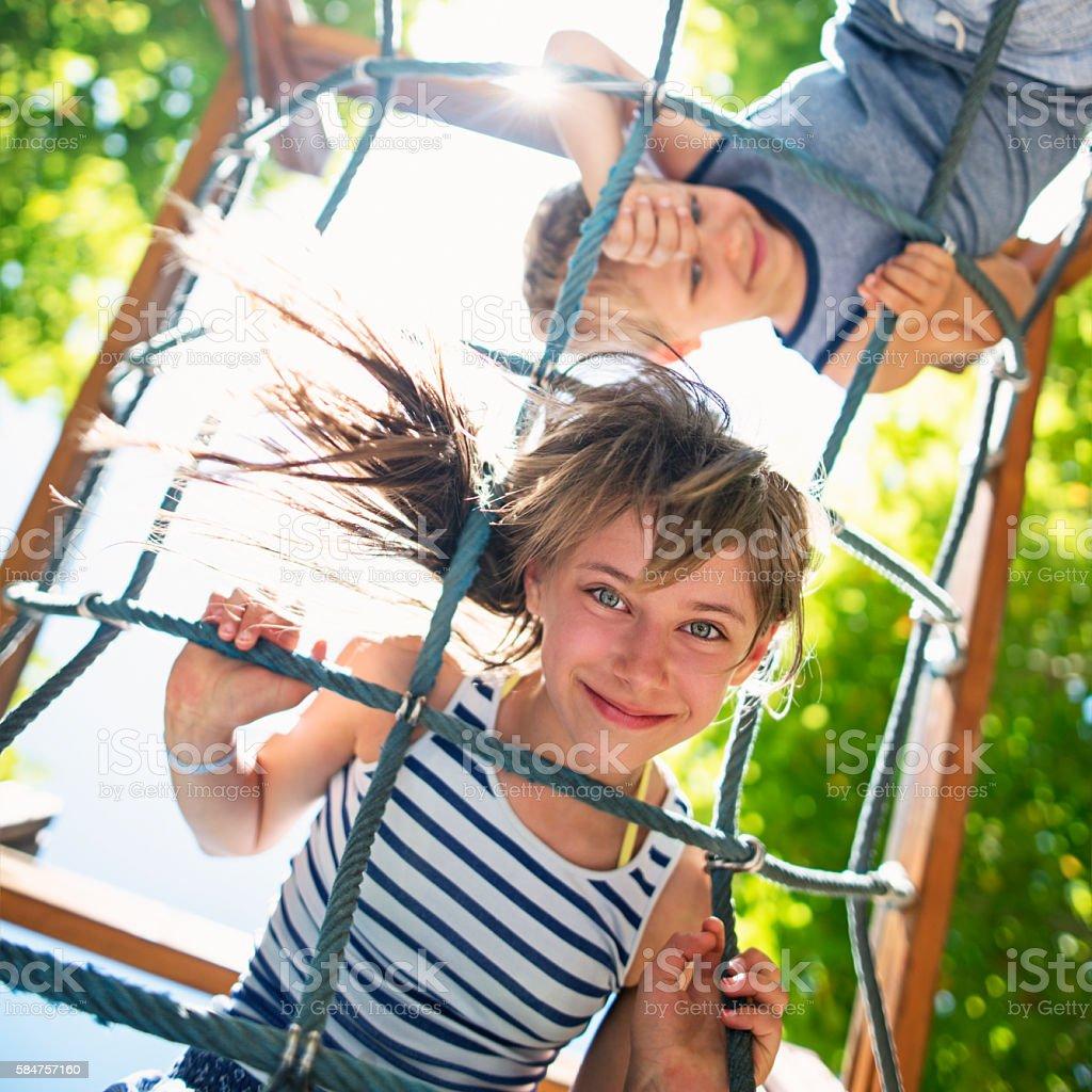 Kinder spielen am Spielplatz – Foto