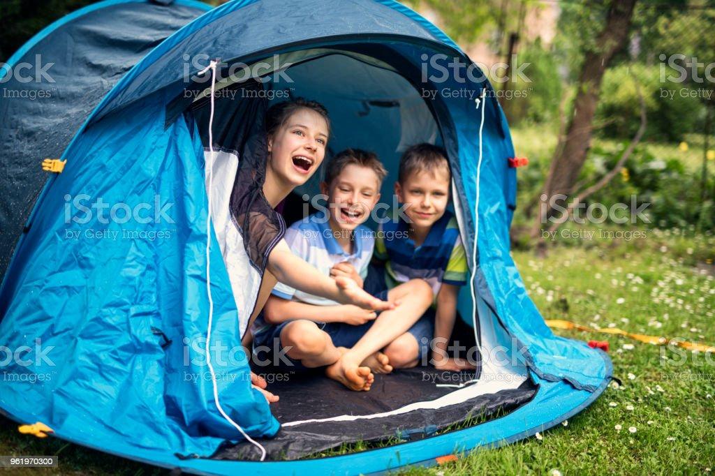 Kinder spielen im Zelt im Garten camping – Foto