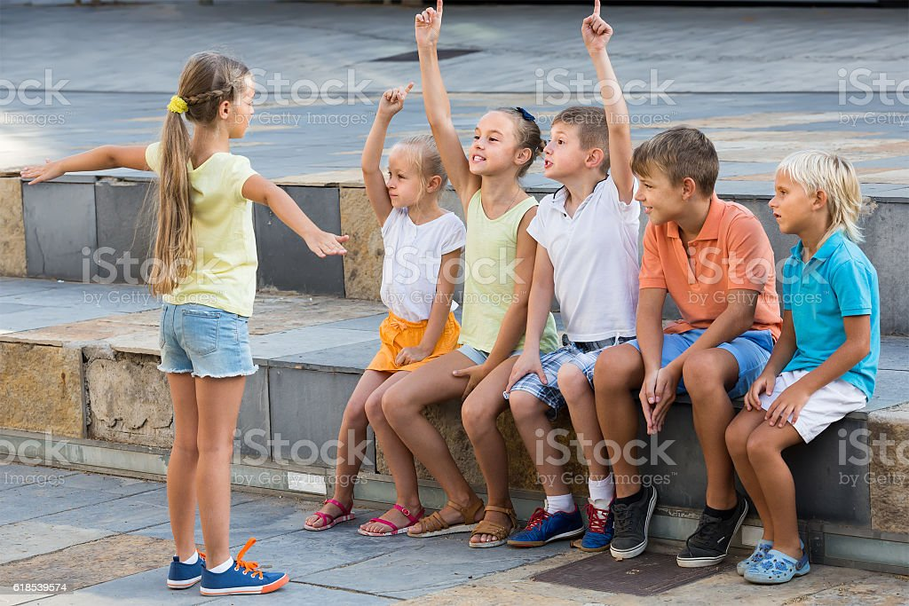 kids playing charades outdoors - foto de acervo