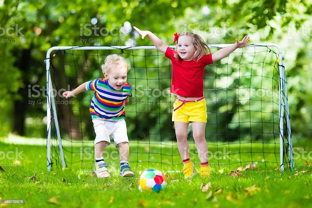 Niños jugando al fútbol en la escuela jardín - foto de stock