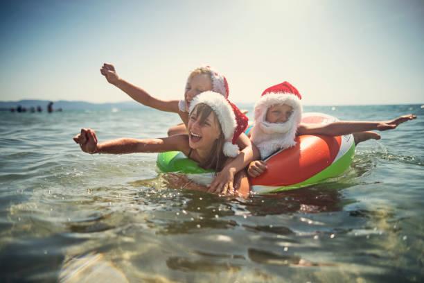 Kinder spielen im Meer auf Schwimmring im Sommer Weihnachten – Foto