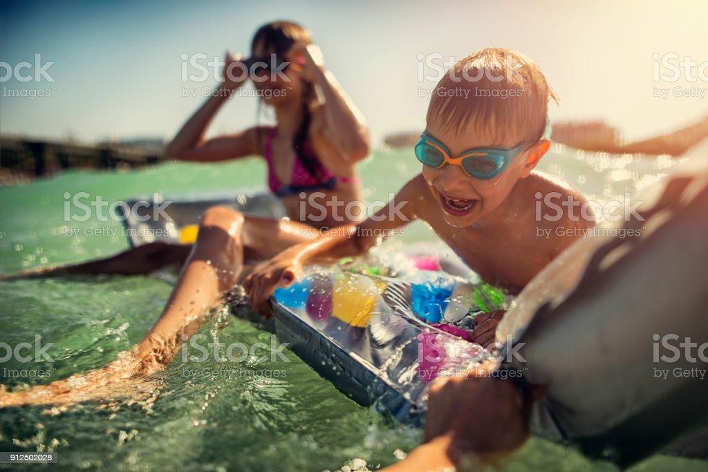 Kids playing in sea – zdjęcie
