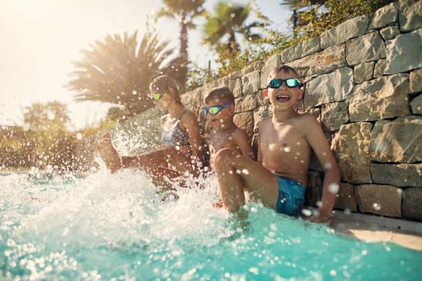 Kinder spielen im Swimmingpool – Foto