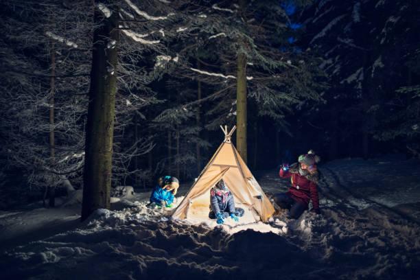 kinder spielen im zelt in der nacht - tipi zelt stock-fotos und bilder