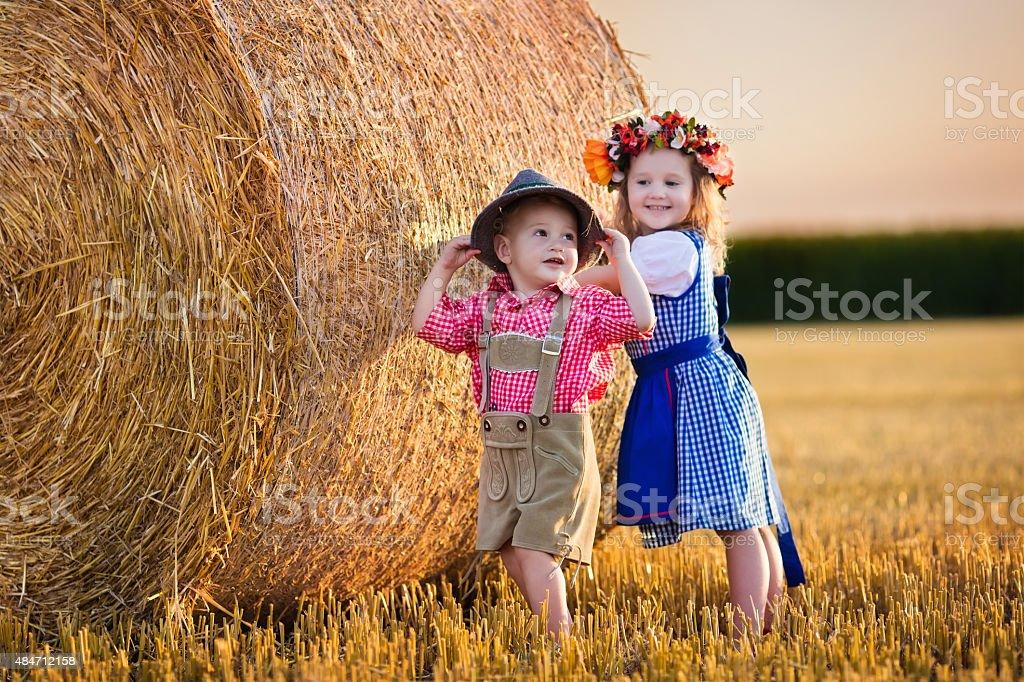 Kinder spielen in wheat field in Deutschland – Foto
