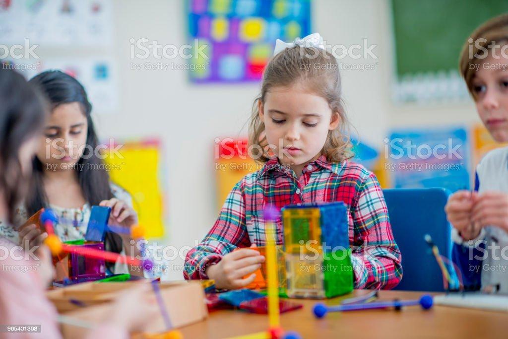 Enfants jouant ensemble - Photo de 6-7 ans libre de droits