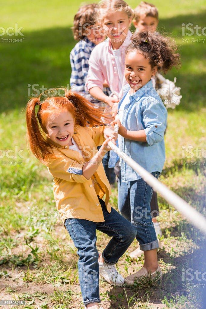Kinder spielen Tauziehen - Lizenzfrei 2012 Stock-Foto