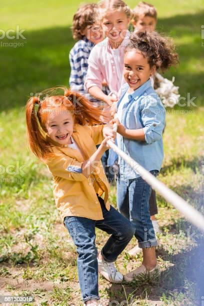 Kinder Spielen Tauziehen Stockfoto und mehr Bilder von 2012