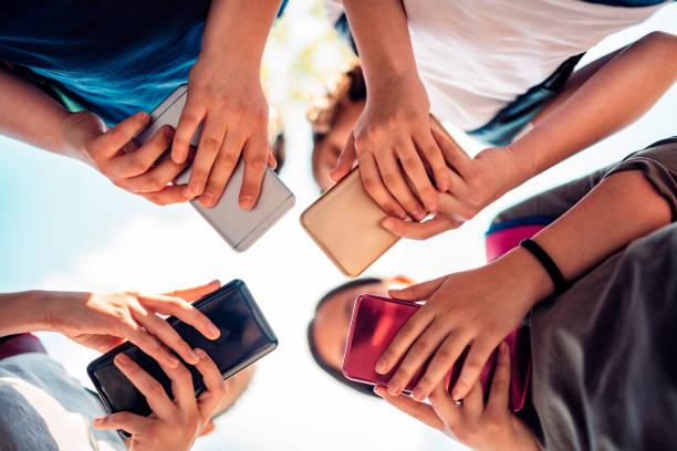 Kinder spielen Videospiele auf Smartphone nach der Schule – Foto