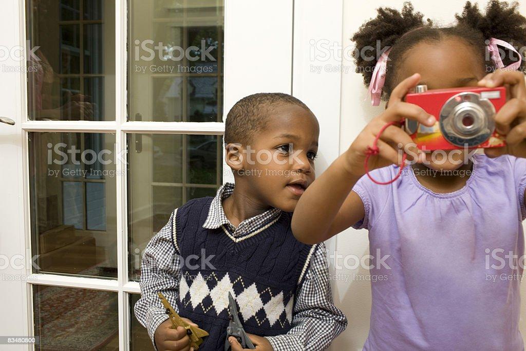 Kids playing with camera royaltyfri bildbanksbilder