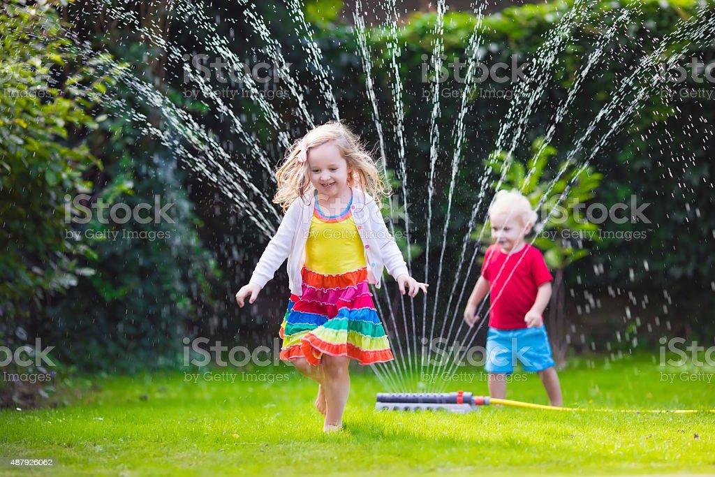 Les enfants jouer avec jardin de gicleur - Photo