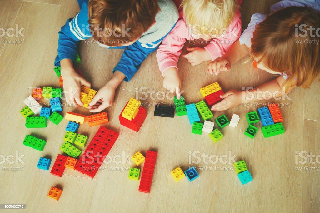 概念の学習のプラスチック製のブロックで遊ぶ子供 ストックフォト