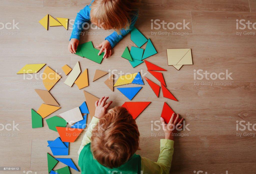 教育コンセプトのパズルで遊ぶ子供たち ストックフォト