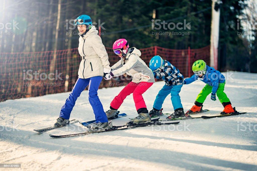 Kinder üben Skifahren mit Skilehrer Schule – Foto