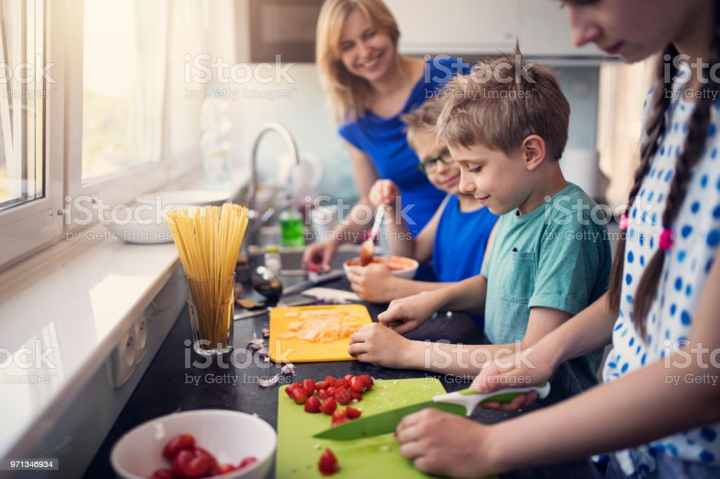 Kids preparing lunch - Foto stock royalty-free di 8-9 anni