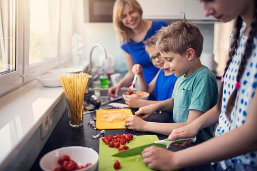 Kids Preparing Lunch - Fotografie stock e altre immagini di 8-9 anni