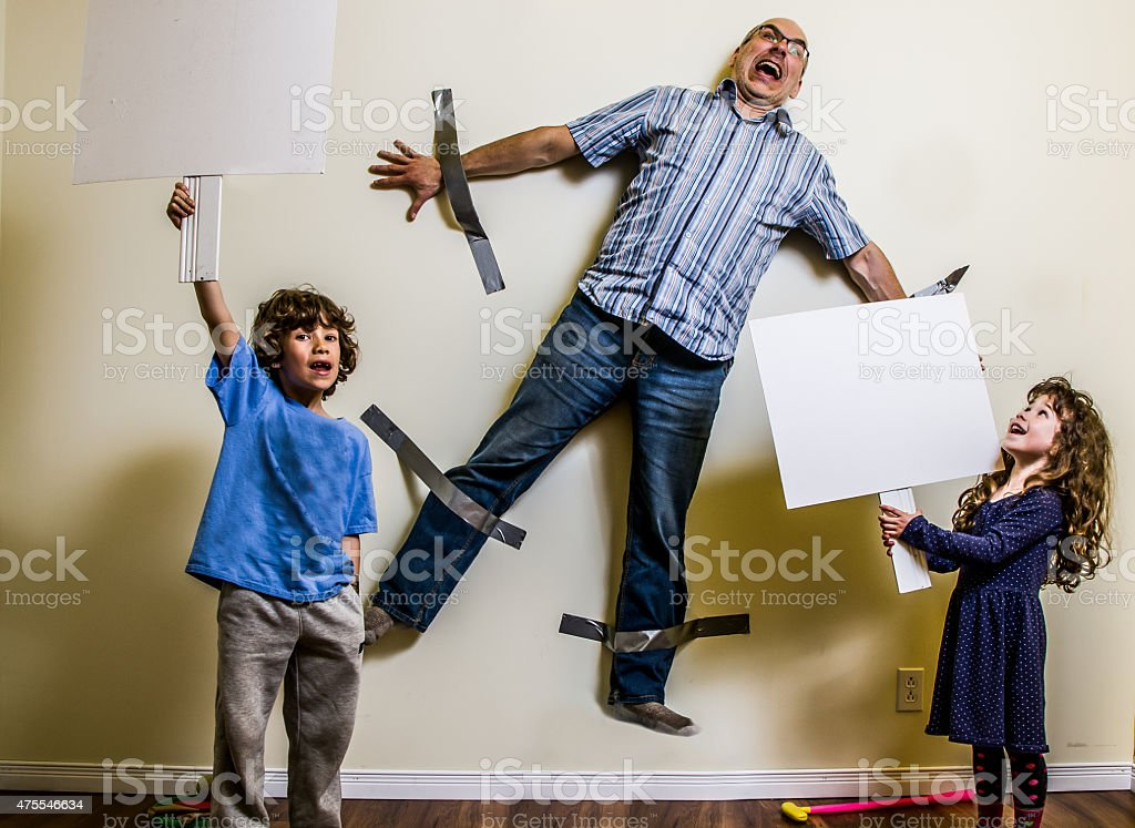 Kinder-rebellion hat zu Umgurtung geschmückt, die der Vater an der Wand – Foto