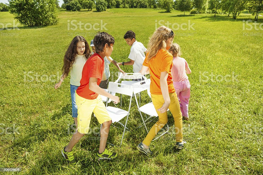 Los niños de todo juego de sillas musicales partido - foto de stock