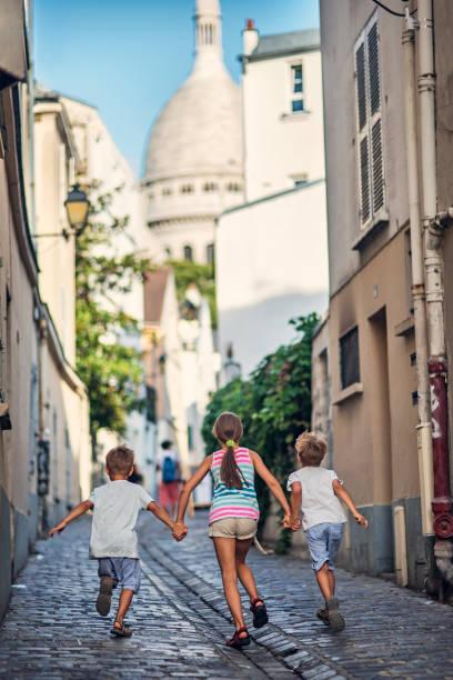 barn kör i vacker gata i paris montmartre - montmatre utsikt bildbanksfoton och bilder