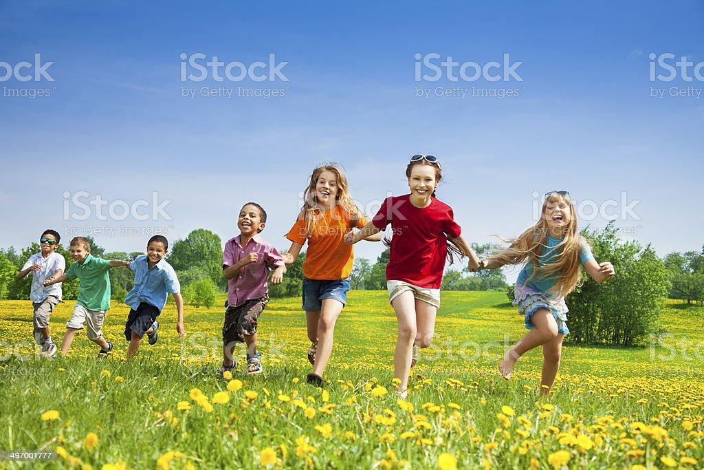 Niños corriendo en el campo - foto de stock