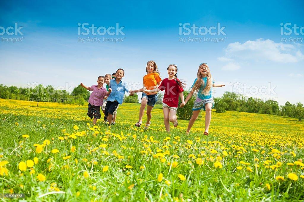 Niños corriendo - foto de stock