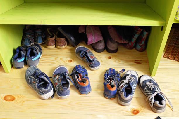 kinder schuh - garderobe mit schuhschrank stock-fotos und bilder