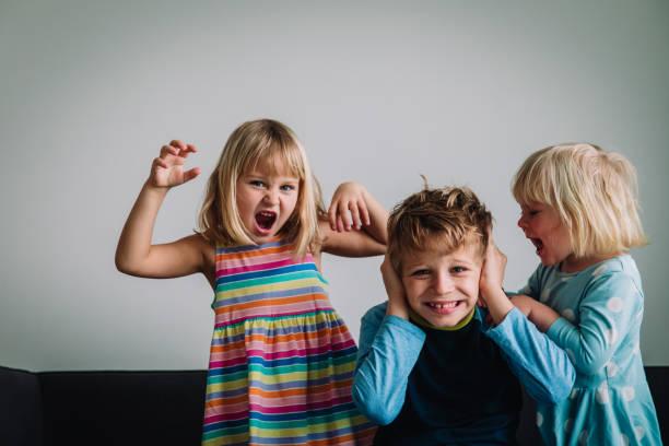 Kinder schreien, Bruder und Schwestern müde von zu Hause zu bleiben, familiäre Probleme – Foto