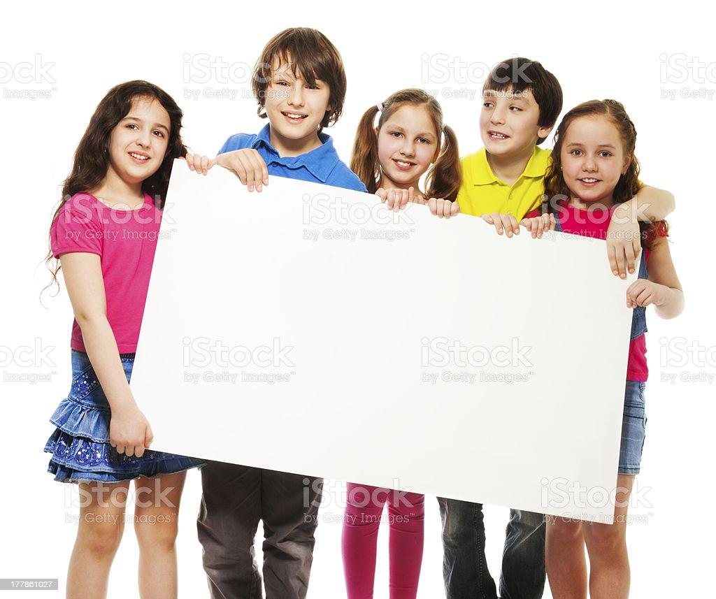 Crianças mostrando placa em branco - foto de acervo