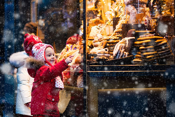 kids siblings looking at candy and pastry on christmas market - chocolate christmas - fotografias e filmes do acervo