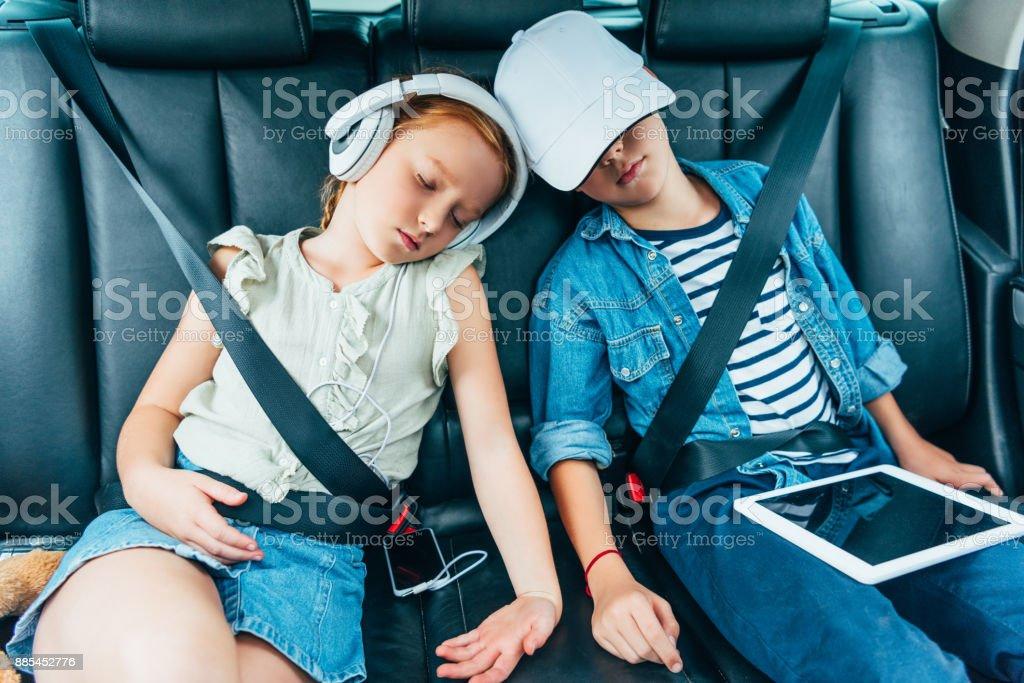 Kinder schlafen auf der Rückbank des Autos – Foto