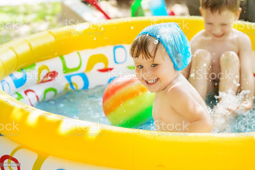 Kids splashing water and having fun in Swim Pool foto de stock royalty-free
